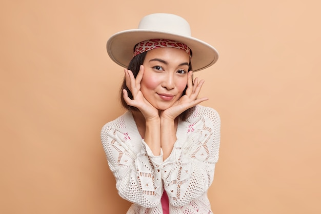 Naturalne piękno ludzi i koncepcja mody. atrakcyjna azjatka delikatnie dotyka twarzy