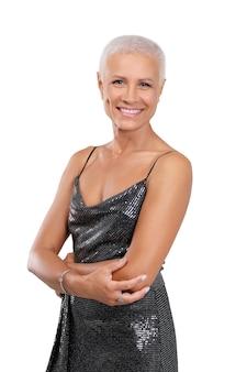 Naturalne piękno. portret powabna starsza kobieta z zdrową skórą i jaskrawym uśmiechem