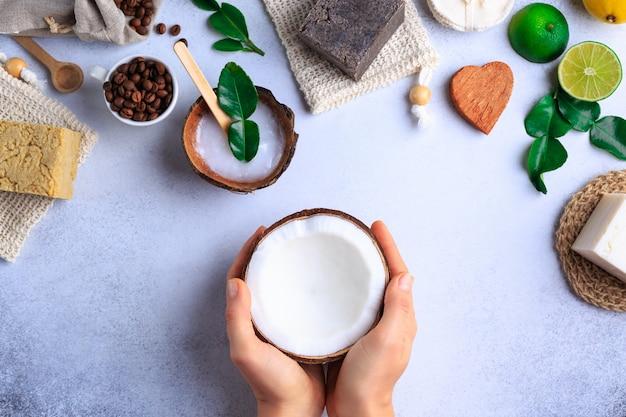 Naturalne produkty kosmetyczne ustawienie mydeł i świeżych ziół widok z góry ręce kobiety