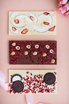 Naturalne ręcznie robione czekoladowe zbliżenie na jasnym tle.