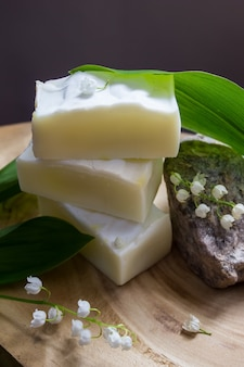 Naturalne ręcznie robione mydło od podstaw z ekstraktem i olejkiem z konwalii majowej