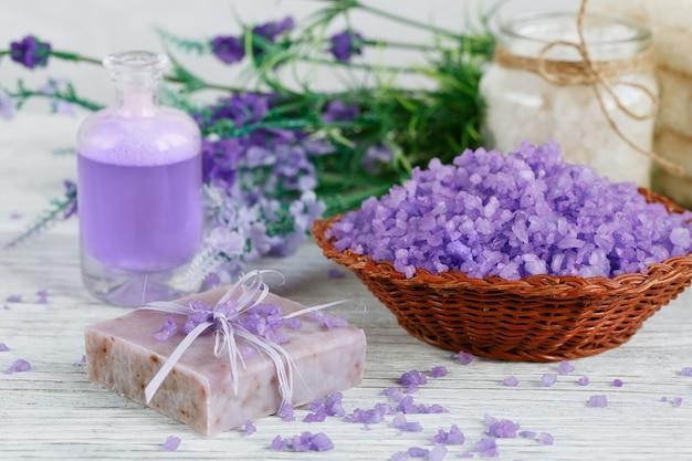 Naturalne ręcznie robione mydło, sól morska i ręcznik na białej drewnianej powierzchni