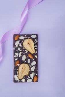 Naturalne ręcznie robione zbliżenie czekolady na jasnym tle.