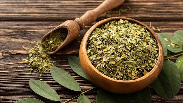 Naturalne rozgniecione zielone liście w misce