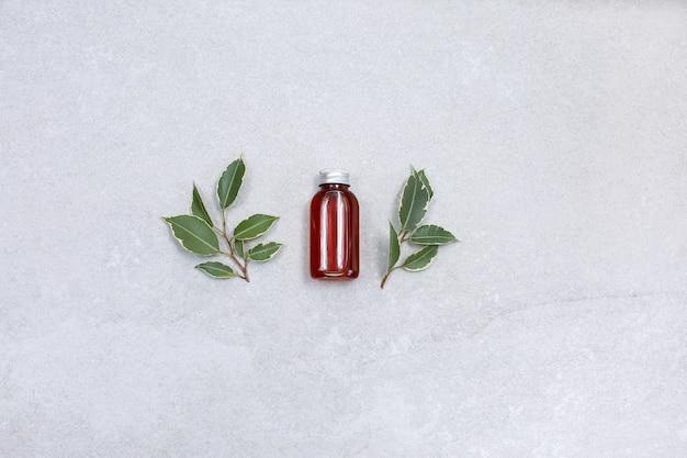 Naturalne serum do twarzy, botulina i kwas hialuronowy na kamiennym stole.