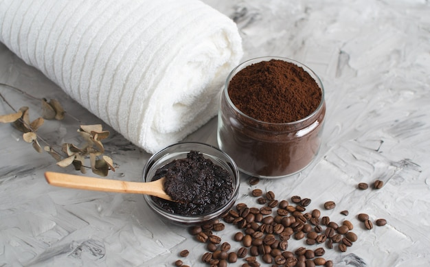 Naturalne składniki do domowego peelingu kawowego do ciała beauty spa concept body care
