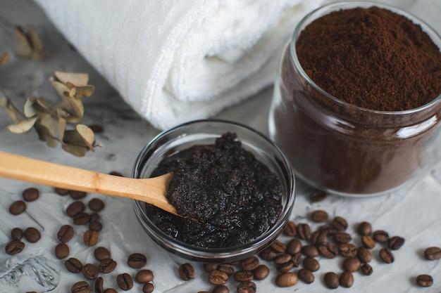 Naturalne składniki do domowej kawy kawa scrub cukrowy beauty spa concept pielęgnacja ciała