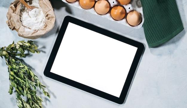 Naturalne składniki do pieczenia z tabletem