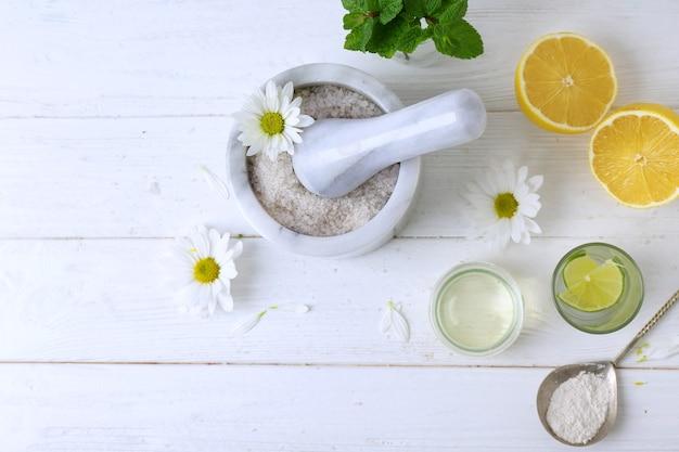 Naturalne składniki kosmetyczne na drewnianych składnikach widok z góry