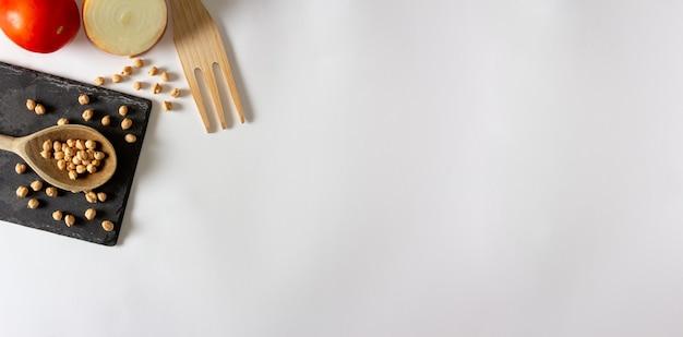 Naturalne składniki. ziemniaki, marchew i ciecierzyca. jedzenie środziemnomorskie. leżał płasko. skopiuj miejsce.