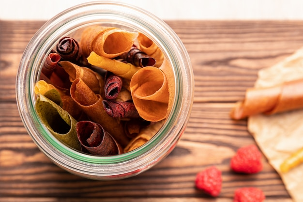Naturalne słodycze z suszonych jagód i owoców.