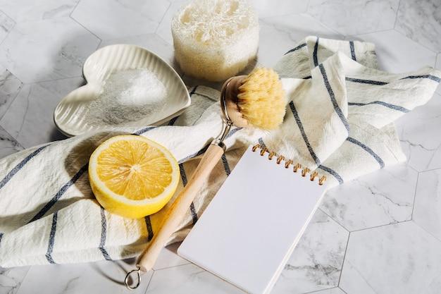 Naturalne środki czystości cytryna, bambusowa szczotka do naczyń z notatnikiem. przyjazny dla środowiska. koncepcja zero odpadów. nie zawiera plastiku.
