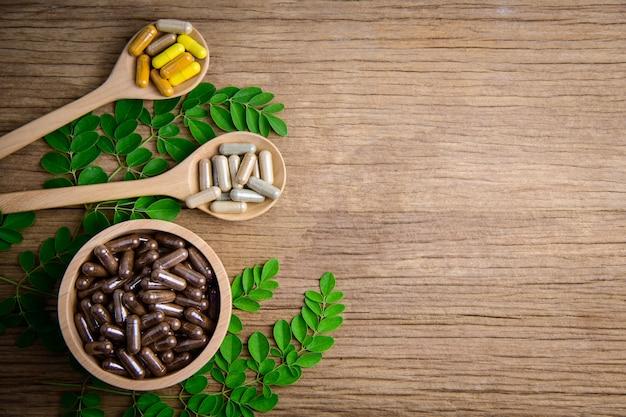 Naturalne suplementy, witaminy lub medycyna organiczna, kapsułka, tabletki ziołowe z ziół