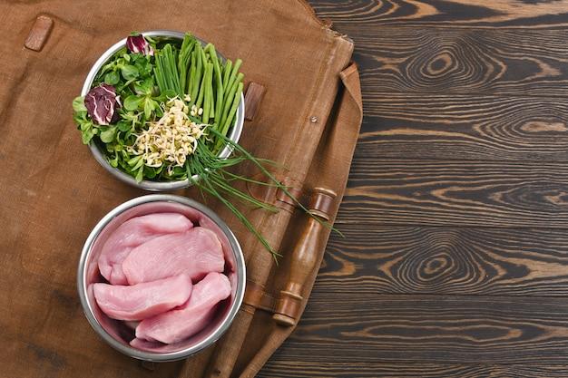 Naturalne surowe składniki dla zdrowych składników karmy dla zwierząt domowych w poszczególnych miskach