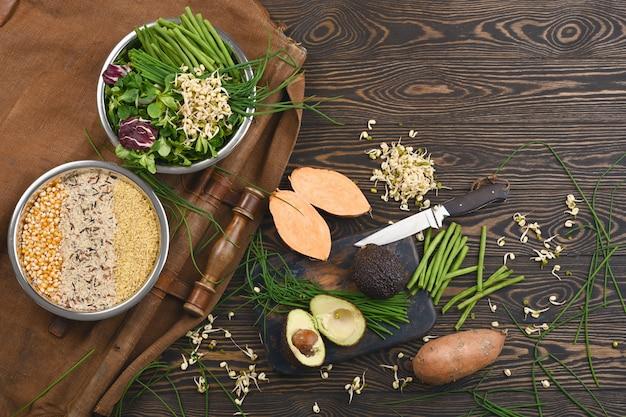 Naturalne surowe składniki wegańskich składników karmy dla zwierząt domowych w poszczególnych miskach
