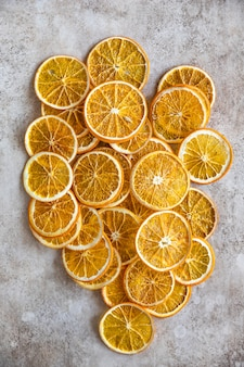 Naturalne suszone pomarańcze plasterki i suszone owoce cytrusowe
