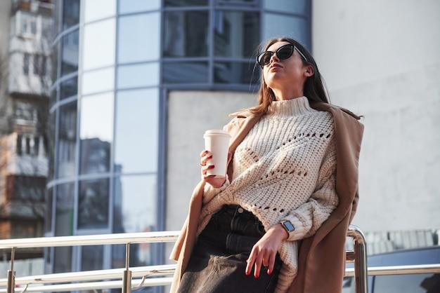 Naturalne światło dzienne. młoda piękna dziewczyna w ciepłych ubraniach spaceruje po mieście w weekendy
