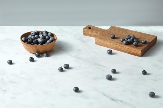 Naturalne świeże domowe jagody do gotowania słodkich deserów na stole kuchennym. pojęcie zdrowej domowej żywności.