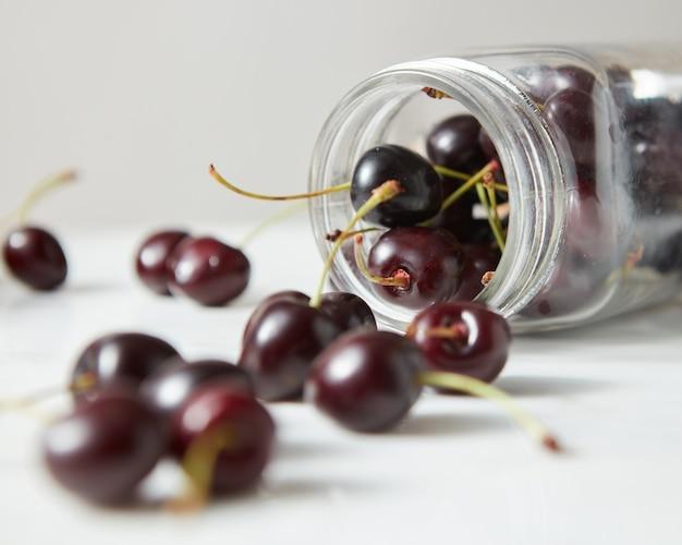 Naturalne świeże domowe owoce wiśnie z bliska. składniki na pyszny dżem jagodowy na kuchennym stole.