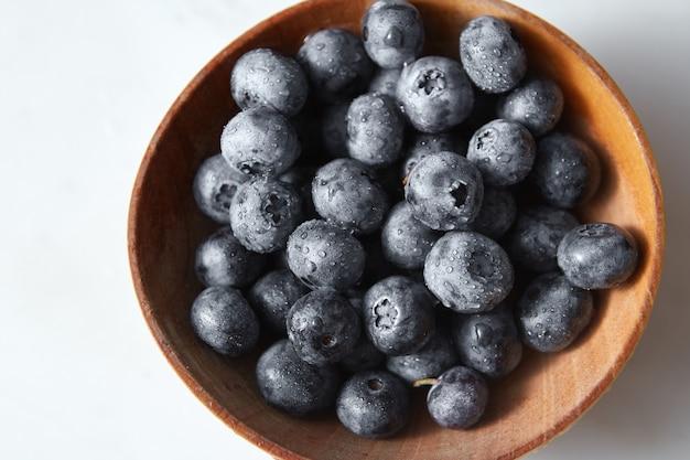 Naturalne świeże owoce uprawiane w domu z bliska. składniki na pyszne jagody deserowe na kuchennym stole.