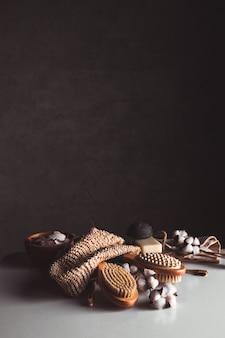 Naturalne szczoteczki wykonane z drewna i mydła na tle betonu, szczoteczki bambusowe oraz szczoteczka do ciała