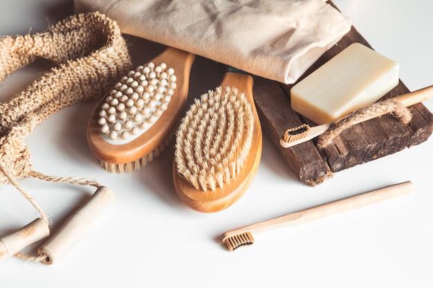 Naturalne szczotki wykonane z drewna i mydła na betonie, bambusowe szczoteczki do zębów i szczoteczka do ciała