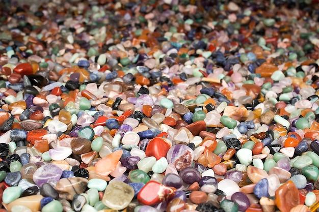 Naturalne tło - stos półszlachetnych kamieni zbliżenie. najlepsze dla rzemiosła, aranżacji wnętrz