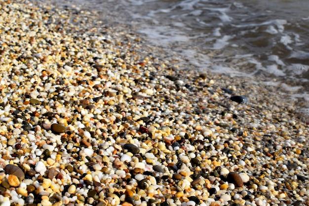Naturalne tło tekstury, kolorowe kamienie morskie w wodzie, widok z góry