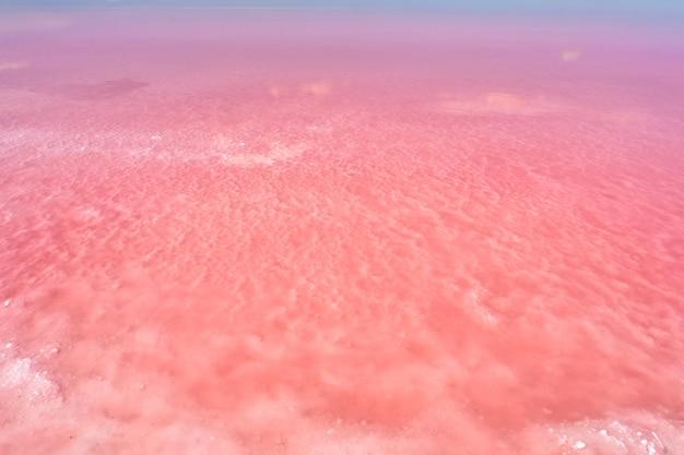 Naturalne tło z różowym słonym jeziorem zbliżenie różowej wody
