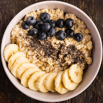 Naturalne zdrowe desery plastry bananów i jagód