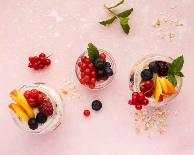 Naturalne zdrowe desery układane na płasko