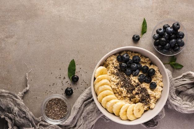 Naturalne zdrowe desery w nowoczesnym stylu fotograficznym