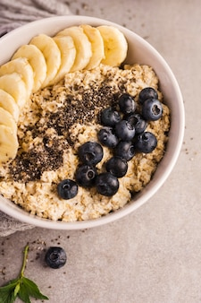 Naturalne zdrowe desery z owocami i zbożami