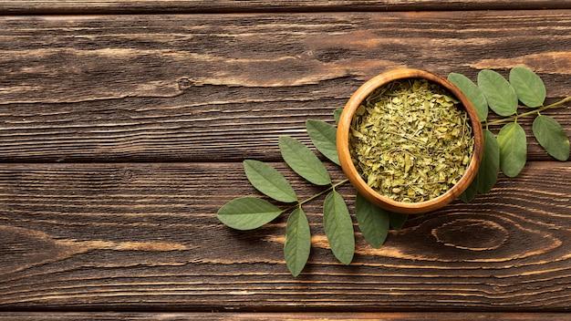 Naturalne zgniecione zielone liście w przestrzeni kopii miski