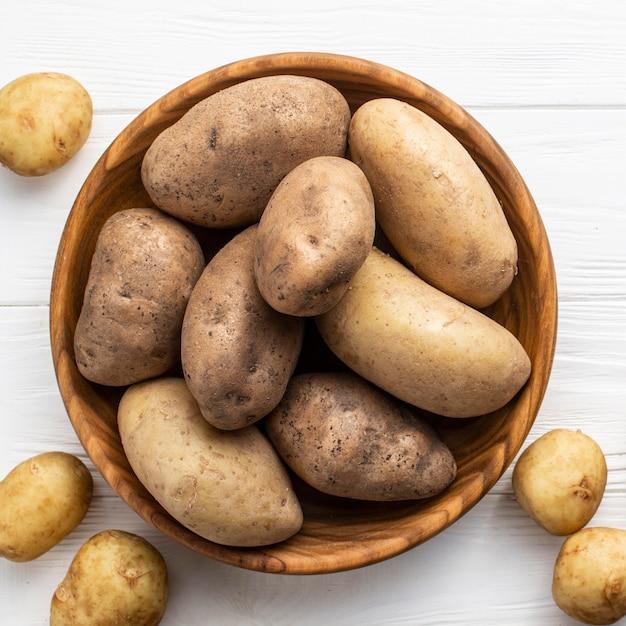 Naturalne ziemniaki na stole