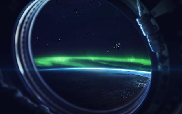 Naturalne zjawisko zorzy polarnej (aurora borealis) związane z polem magnetycznym ziemi