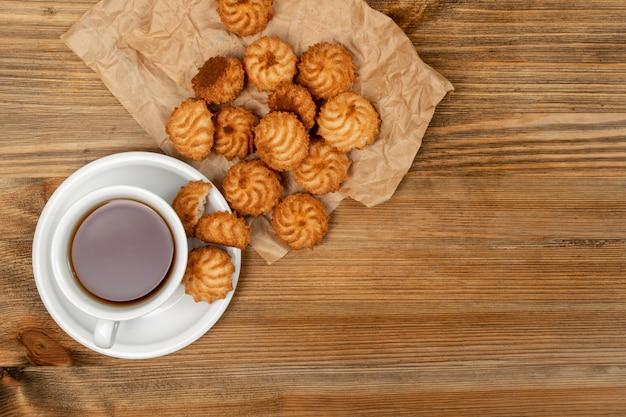 Naturalnie pieczone ciasteczka kokosowe lub makaroniki kokosowe z chipsami kokosowymi