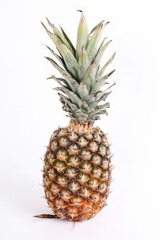 Naturalny ananas na białym tle