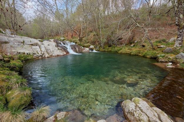 Naturalny basen utworzony w skałach nad rzeką cerves w galicji w hiszpanii.