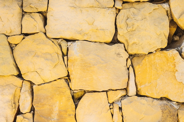 Naturalny brązowy kamienny mur