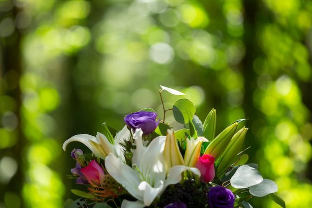 Naturalny bukiet kwiatów ślubnych