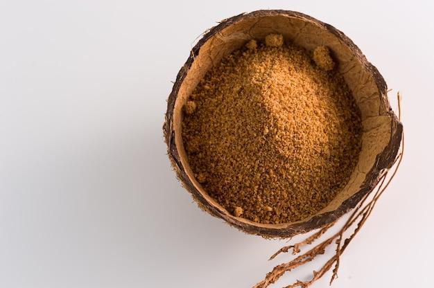 Naturalny granulowany cukier kokosowy w łupinie orzecha kokosowego