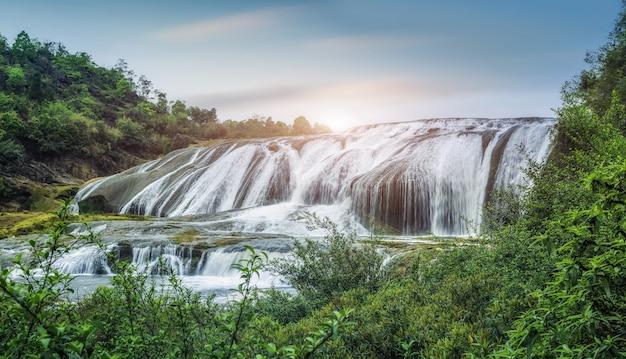 Naturalny krajobraz wodospadu huangguoshu w guizhou