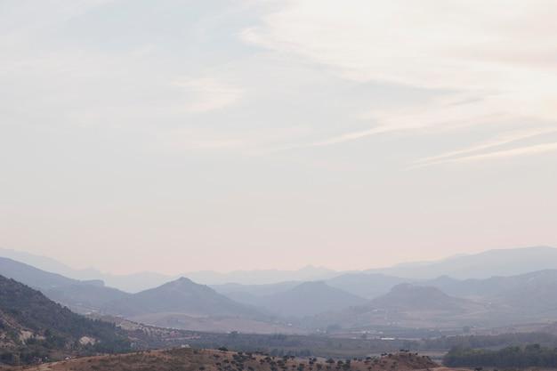 Naturalny krajobraz z górami