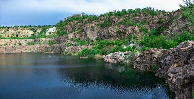 Naturalny krajobraz z jeziorem otoczonym górami