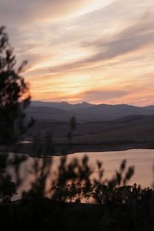 Naturalny krajobraz z rzeką i wschodem słońca