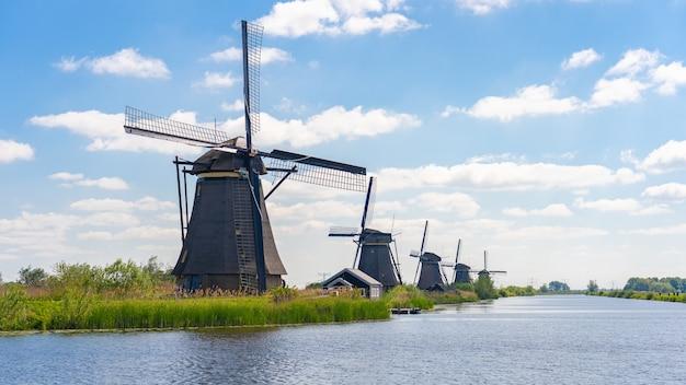Naturalny krajobraz z wiatrakami w holandii