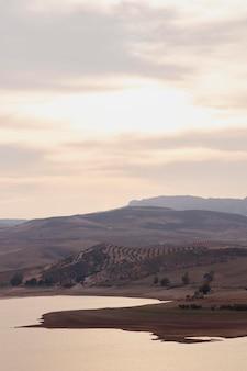 Naturalny krajobraz ze wzgórzami