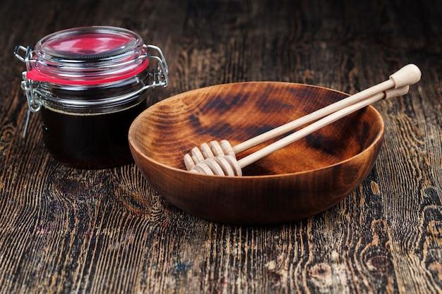 Naturalny lepki miód z kwiatów gryki wytwarzany przez pszczoły miodne miód gryczany ma ar