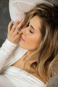 Naturalny makijaż na kobiecie 27-29 lat, zmysłowy portret z zamkniętymi oczami